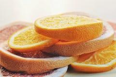 Plakken van vruchten op de lijst Fruittoren Grapefruits en sinaasappelen op witte achtergrond Royalty-vrije Stock Afbeeldingen