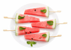 Plakken van watermeloen met stok op witte plaat op wit Stock Foto's