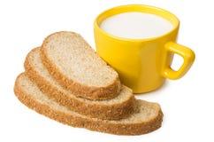 Plakken van zemelenbrood en kop van melk royalty-vrije stock foto's