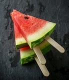 Plakken van zoete sappige watermeloen op een zwarte steen royalty-vrije stock fotografie