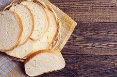 Plakken wit brood in plaat stock foto's