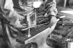 Plam iskry Przemysłowy spaw Mężczyzna pracownika śrutowania żelazo i Obraz Stock