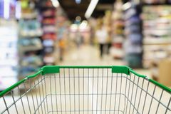 plama supermarketa nawa z pustym wózek na zakupy tłem Zdjęcie Royalty Free