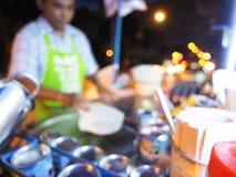 Plama wizerunek kulinarny jajeczny Roti nad gorącą niecką z olejem palmowym w starym stylu, kulinarny Roti w czarnej gorącej niec fotografia stock