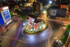 Plamy światło samochodowy chodzenie przy Odean okręgu punktem zwrotnym w Tajlandia Zdjęcia Royalty Free
