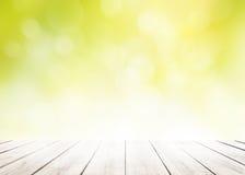 Plamy natury greenery bokeh liścia tapeta z białym drewnianym podłogowym przedpolem na wiosny jesieni parka tle obraz stock