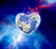 Planète bleue dans la forme de coeur au-dessus des mains humaines de femme d'isolement Images libres de droits