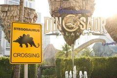 Planète de dinosaure de parc à thème photo stock