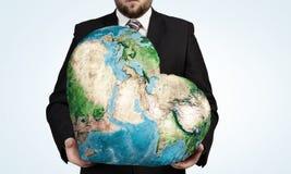 Planète de la terre dans des nos mains Photographie stock libre de droits