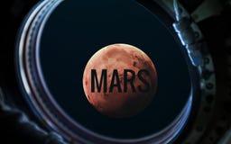 Planète de Mars dans le hublot de fenêtre de vaisseau spatial Éléments de cette image meublés par la NASA photographie stock libre de droits