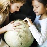Planète globale du monde d'amie apprenant le concept d'unité Images stock