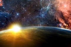 Planète rougeoyante abstraite artistique à un arrière-plan multicolore dramatique de galaxie photographie stock libre de droits