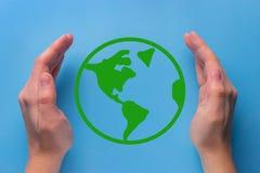 Planète verte dans des vos mains de coeur Photographie stock