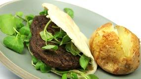 A planície cozeu a batata, um hamburguer do vegetariano em Pitta b Fotos de Stock Royalty Free