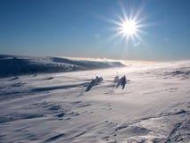 Planície da neve na parte superior da montanha com sol Fotos de Stock