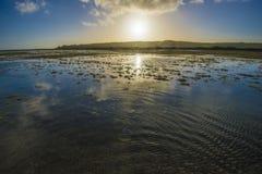 A planície de inundação do rio bonito de Cuckmere em Sussex do leste, Inglaterra foto de stock royalty free