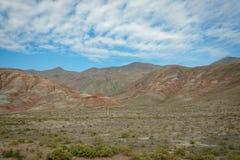 Planície e montanhas ricas nos metais, com listras vermelhas imagens de stock royalty free
