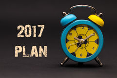 plan 2017 écrit avec le réveil sur le fond de papier noir Photographie stock