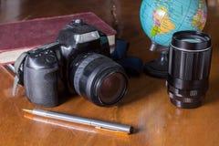 Plan aan reis, camera met bol royalty-vrije stock foto
