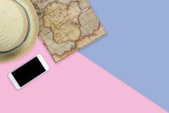 Plan accesorio aéreo de la opinión de sobremesa a viajar en fondo del día de fiesta Imagen de archivo