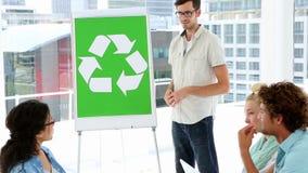 Plan actuel de conscience environnementale d'homme aux collègues banque de vidéos