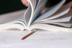 Plan architectural avec le livre et le crayon ouverts image libre de droits