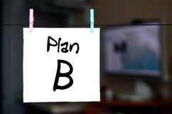 Plan B La nota se escribe en una etiqueta engomada blanca que cuelgue con un clo foto de archivo