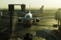 Plan bei Sonnenaufgang am Flughafen lizenzfreie stockfotos