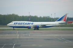 Plan Boeing-747 de Transaero dans le stockage à l'aéroport de Domodedovo moscou Image stock