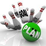 Plan-Bowlingspiel-Kugel schlägt Ziel-Stifte Lizenzfreie Stockfotografie