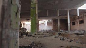 Plan cinemático de una fábrica abandonada vieja Edificio quebrado metrajes