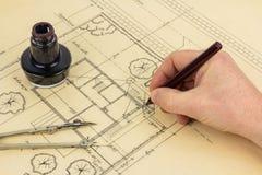 Plan, crayon lecteur, encre, compas et main Photos stock