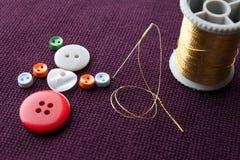 Plan d'étude de fille de flamenco Le caractère drôle de femme fait en couture colorée se boutonne avec l'aiguille et le fil d'or  Photo libre de droits