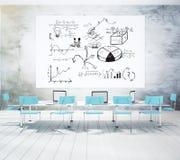 Plan d'affaires sur la colle blanche dans la salle de conférence avec Chai bleu Images libres de droits