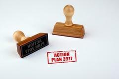 Plan de actuación 2017 Matriz de goma con la manija de madera aislada en el fondo blanco Imágenes de archivo libres de regalías