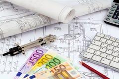 Plan de la casa con los billetes de banco euro Foto de archivo libre de regalías