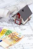 Plan de la casa con los billetes de banco euro Fotos de archivo libres de regalías