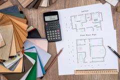 Plan de la casa con una opción de madera fotos de archivo libres de regalías