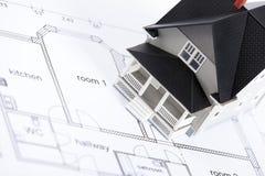Plan de la construcción con el modelo arquitectónico de la casa Fotografía de archivo libre de regalías