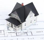 Plan de la construcción con el modelo arquitectónico de la casa Fotos de archivo libres de regalías