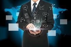 Plan de la estrategia de análisis de la tableta conmovedora del hombre de negocios el futuro imagen de archivo