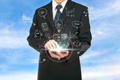 Plan de la estrategia de análisis de la tableta conmovedora del hombre de negocios el futuro Imagenes de archivo