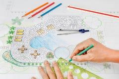 Plan de la piscina del patio trasero del diseño del arquitecto paisajista imágenes de archivo libres de regalías