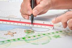 Plan de la piscina del patio trasero del diseño del arquitecto paisajista foto de archivo
