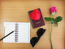 Plan de la tarjeta del día de San Valentín del viaje del concepto: pluma en el cuaderno abierto, pasaporte, fotografía de archivo libre de regalías