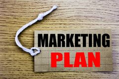 Plan de márketing Concepto del negocio para en línea salePlanning la estrategia acertada escrita en el papel del precio con el es Foto de archivo