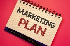 Plan de márketing del texto de la escritura de la palabra El concepto del negocio para las estrategias de la publicidad de negoci imágenes de archivo libres de regalías