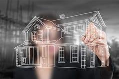 Plan de maison de retrait de dame d'affaires pour la construction. Images libres de droits