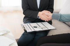 Plan de planification de dame d'agent d'assurance meilleur photographie stock