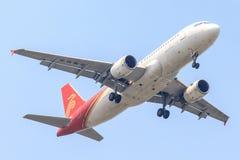 Plan de Shenzhen Airlines sur l'atterrissage de ciel à l'aéroport de Suvanabhumi images stock